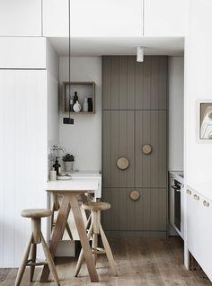 minimal kitchen with muuto dots as door knobs