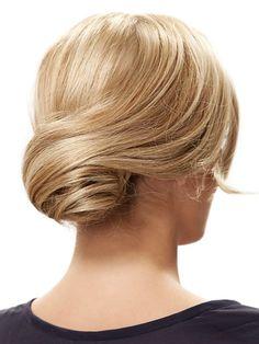 Wir zeigen euch, wie ihr diese elegante Hochsteckfrisur nachstylen könnt. Um den Retro Chignon nachzumachen braucht ihr zwei Haargummis, ein Haardonut und eine Haarklammer. Welche Frisuren momentan angesagt sind, erfahrt ihr hier: Trendfrisuren 2015