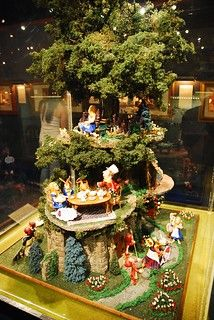 Mark Wu miniature journey of Alice in Wonderland sculpture - fantastic! Alice In Wonderland Room, Adventures In Wonderland, Miniature Fairy Gardens, Miniature Dolls, Hades Disney, Fairy Garden Houses, Through The Looking Glass, Dollhouse Miniatures, Inspiration