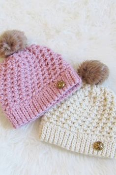 Try this quick beanie pattern that takes only one skein of chunky yarn and works up in one and a half hours. This easy free pattern has an effortless texture perfect for beginners. The tutorial includes sizes for Toddlers, Kids, and Women. Easy Crochet Hat, Crochet Adult Hat, Bonnet Crochet, Crochet Simple, Crochet Baby Beanie, Chunky Crochet, Chunky Yarn, Free Crochet, Crocheted Baby Hats