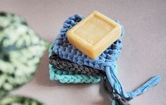 Tawashi, the DIY of knitting zero waste sponge! The tawashi is an ecological sponge made with scrap fabric and washable. Recycling + zero waste, who says better? Knit Crochet, Crochet Pattern, Crochet Granny, Recycling, T Shirt Yarn, Fabric Scraps, Scrap Fabric, Make And Sell, Zero Waste
