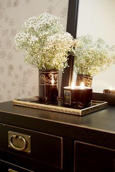 Accessoires dürfen beim Zen-Stil nicht fehlen. Auf einem Tablett wirken Vasen und Duftkerzen aber gleich viel ruhiger!