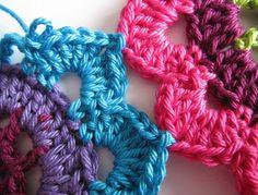 now how to attach them Beau Crochet, Form Crochet, Crochet Granny, Crochet Stitches, Crochet Patterns, Tutorial Crochet, Crochet Tutorials, Crochet Ideas, Motif Mandala Crochet