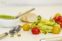 Frische Tagliatelle mit Pistazien-Rucola-Pesto und geschmolzenen Kirschtomaten