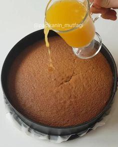 Hayırlı geceler  Haşhaşlı portakallı ıslak kek  Taze sıkılmış portakal suyuyla ıslatılmış bir kek düşünün tane tane ağıza gelen o haşhaş taneleri üstünde bir de kremasıyla hafif ve leziz oluyor  Portakal soslu haşhaşlı kek  Kek için; 4 adet yumurta Yaklaşık 1.5 su bardağı şeker Yarım su bardağı s...