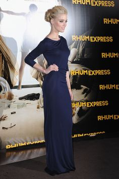 Amber Heard Evening Dress - Amber Heard was a sultry beauty in a sleek navy knit dress at the 'Rhum Express' Paris premiere. Amber Heard Photos, Celebrity Hairstyles, American Hairstyles, Looks Style, Modest Fashion, High Fashion, Style Fashion, Knit Dress, Stella Mccartney