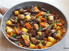 Mâncare de vită cu bere, usturoi, cartofi, ciuperci și alte legume – la tigaie Pot Roast, Bread Recipes, Carne, Deserts, Appetizers, Pizza, Beef, Cooking, Ethnic Recipes