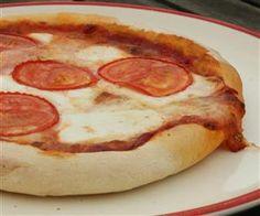 Kecskesajtos pizza friss paradicsomszeletekkel