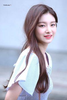 This HD wallpaper is about EVERGLOW, K-pop, Wang Yiren, Original wallpaper dimensions is file size is Cute Korean Girl, Asian Girl, Kpop Girl Groups, Kpop Girls, Yuehua Entertainment, Ulzzang Girl, New Girl, Asian Beauty, Cute Girls