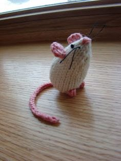 Ravelry: Mice pattern by Susan B. Knitted Dolls, Crochet Dolls, Knit Crochet, Animal Knitting Patterns, Crochet Patterns, Knitting Projects, Crochet Projects, Knitted Animals, Diy Weihnachten