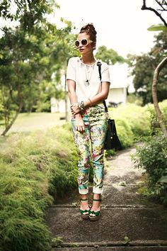 what-do-i-wear:        Pantalon : River Island      Top : ROMWE      Sac et collier : Nastygal      Lunettes : New Look        Chaussures : Dorothy Perkins(image: leblogdemok)