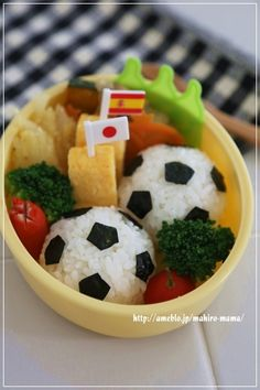 おはようございます♪7月に作ったサッカーボールのお弁当です^^ 5月から始めたサッカーが楽しくて仕方ない小太郎。週に1度の練習の日を楽しみにしています♪まずは…