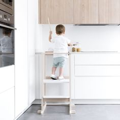 Torre de aprendizaje | ¡Con las manos en la masa!  La torre de aprendizaje es un complemento que permite poner a los peques a la altura del banco de cocina. De esta manera, podrán ayudarte a cocinar mientras experimentan con olores, sabores, texturas... ¡Un momento perfecto para compartir en familia!  Puedes elegir el color que más te guste para la base y el escalón.  *** Producto fabricado en España *** Kura Ikea, Hacks Ikea, Kid Spaces, Elle Decor, Kids Room, Desk, Cabinet, Interior Design, Storage