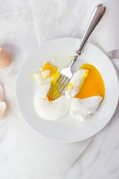 Egg poaching made easy! Check out this step-by-step tutorial showing 4 ways to perfectly poach an egg - you& sure to find a method that is right for you! Egg Recipes, Snack Recipes, Cooking Recipes, Cooking Tips, Breakfast Dishes, Breakfast Recipes, Breakfast Ideas, Egg Preparations, Ways To Cook Eggs