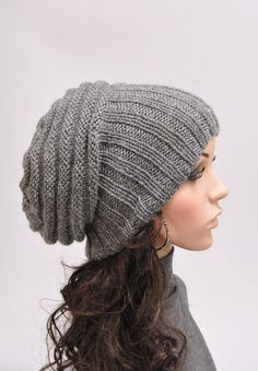 Must try to make this!  Looks like 4x4 rib knitting on the brim, and alternating knit and purl rows for the crown. <3 .. I can make that. :)