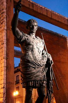 Monumento al César Augusto, que fundó Caesaraugusta o Caesar Augusta, nombre de la ciudad romana de Zaragoza, en el año 14 a.c., sobre la ciudad ibérica ya muy romanizada de Salduie. Con el privilegio de ostentar el nombre de su fundador, Caesar Augustus, y ser colonia inmune, el derecho a acuñar moneda y la exención del pago de impuestos.