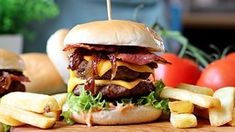 Double cheeseburger with cheddar, bacon and caramelized onion My Recipes, Cake Recipes, Caramelized Onions, Party Cakes, Cheddar, Hamburger, Bacon, Deserts, Food And Drink