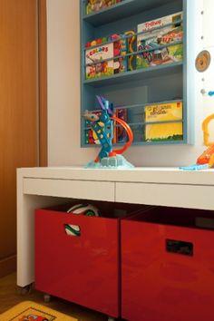 No detalhe do projeto de Grafira Dias, a bancada que também serve de apoio para objetos de brincar e sob ela os gavetões com rodízio, que são ótimos para guardar brinquedos e deixar o quarto em ordem rapidamente