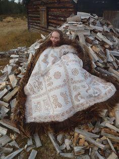 skinnfeller, for det meste . Larp, Fur Fashion, Old World, Fiber Art, Celtic, Blankets, Needlework, Scandinavian, Vikings