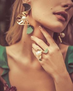 Jewelry Model, Clay Jewelry, Photo Jewelry, Fashion Jewelry, Jewelry Accessories, Jewelry Design, Jewelry Editorial, Necklace Online, Jewelry Photography
