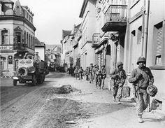 Soldats US de la 1ère division d'infanterie dans les rues de la ville de Remagen en Allemagne, le 16 mars 1945.