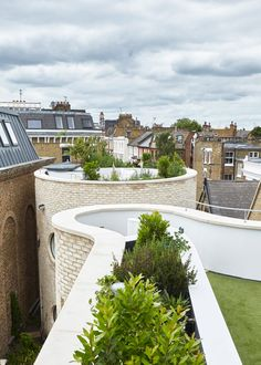 Alex Michaelis wraps his London family home with curvy brickwork walls Soho House Berlin, Babington House, Home Decoration Images, Victorian Terrace, Built In Bench, Rooftop Garden, Round House, Brickwork, City Living