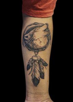 tatuaje lobo, tatuaje en el antebrazo para hombres y mujeres, motivos indianos, cabeza de lobo aullando, medallon con plumas