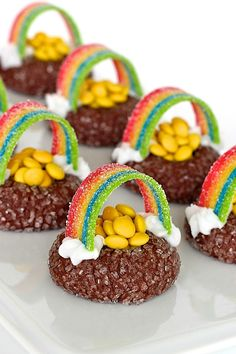 These yummy pot of gold cookies with a candy rainbow make for a festive St. Patricks Day treat thats easy to make and fun to eat! Irish Desserts, Baby Food Recipes, Cookie Recipes, Dessert Recipes, Flourless Chocolate, Chocolate Cookies, Holiday Treats, Holiday Recipes, St Patrick's Day Cookies
