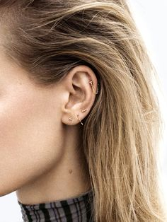 Accessories. Ear piercings. Ideas for ear piercings. Double piercings and unique piercings including helix, rook and lobe. Earring styles including hoop, minimalist and statement. Gold and silver earrings. Diamond earrings. Piercings for girls, unusual, cool.