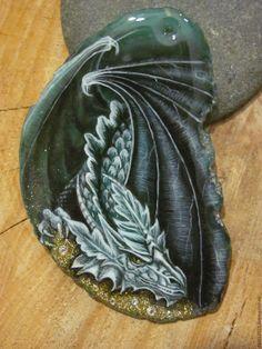 """Купить """"Страж"""" - тёмно-зелёный, дракон, кулон с драконом, роспись на камне дракон, лаковая миниатюра"""
