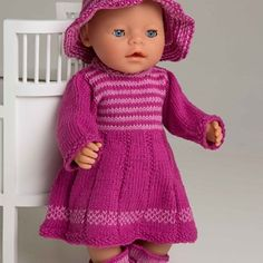 Kjole og hatt - Viking of Norway Baby Boy Knitting Patterns, Knitted Doll Patterns, Baby Sweater Knitting Pattern, Knitted Dolls, Knitting Dolls Clothes, Ag Doll Clothes, Doll Clothes Patterns, Pet Clothes, Girl Dolls