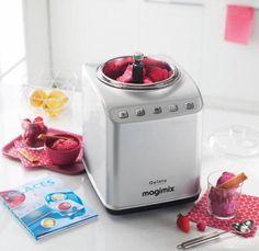 Die neue Magimix Eismaschine ist da! Pünktlich zu den ersten warmen Tagen bringt Magimix seine neue Eismaschine Gelato Expert auf den deutschen Markt. Mit dem Gerät könnt ihr spielend leicht Speiseeis, Sorbets oder Softeis zubereiten. Einfach auf den jeweiligen Knopf drücken und schon habt ihr selbstgemachtes Eis. Ihr könnt die Eismaschine in unserem Magimix Shop bestellen. Ihr müsst uns nun entschuldigen – wir MÜSSEN Eis testen! :D