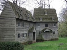 Colonial House Exteriors, Colonial Architecture, New England Homes, New England Style, Grey Houses, Old Houses, Cabin Homes, Log Homes, Baroque