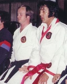 Elvis at Karate Studio 1975 King Elvis Presley, Elvis Presley Photos, Karate Suit, King Creole, Ufc Fighters, Graceland, American Singers, No One Loves Me, First Photo