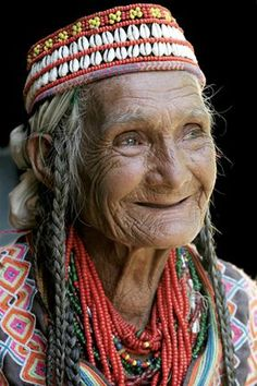 Woman female culture foreign jewelry happy wise face portrait a life that have lived photo. Old Faces, Many Faces, Beautiful Smile, Beautiful People, Beautiful Women, People Around The World, Around The Worlds, Ageless Beauty, Foto Art