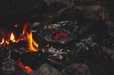 (Pieczenie na kamieniach) Dzisiaj przedstawię Wam, jak upiec na płaskim kamieniu podpłomyki, a na kamieniu z zagłębieniem usmażyć konfitury.... Bushcraft, Outdoor Decor, Home Decor, Decoration Home, Room Decor, Home Interior Design, Home Decoration, Camping Survival, Interior Design