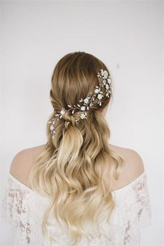 Hair and make-up team Jenn Edwards & Co have put together this stunning vintage-inspired half up half down wedding hair look using a statement hair accessory and gently tousled hair. #hair #weddinghair #hairstyles #hairstylesforwomen #halfuphalfdownhair #wedding #hairgoals #hairfashion #weddingideas
