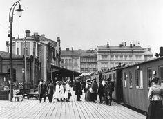 Suomessa oli 1910-luvun puolivälissä noin tuhat yksityisautoa, niistä kolmasosa Helsingissä.Photo: Hellsingin vanha rautatieasema,asemalaituri,Brander Signe HKM 1907 Helsingin kaupunginmuseo