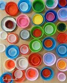 Tuto Atelier enfant  Ne soyons pas bouchés  Tout peut être matière à expression plastique. Par exemple, les bouchons de nos produits ménagers et alimentaires avec leur couleurs flashy et leurs différentes tailles.
