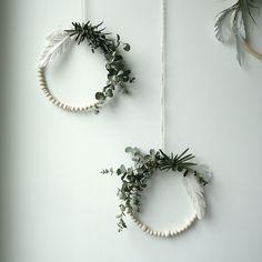 Simple and modern wreath Black Christmas, Christmas Diy, Christmas Wreaths, Handmade Christmas Decorations, Felt Decorations, Dried Flowers, Paper Flowers, Star Flower, Diy Wreath