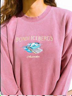 Bondi Icebergs Vintage Crew Neck Sweatshirt Source by etsy clothes vintage Trendy Outfits, Cute Outfits, Fashion Outfits, Fashion Trends, Outfits Pantalon Negro, Vintage Crewneck Sweatshirt, Crew Neck Sweatshirt Outfit, Seaside Sweatshirt, Champion Sweatshirt Vintage