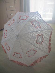 Ich wollte schon immer einen Schirm behäkeln. Jetzt ist er fertig, und wie ich finde, super schön!