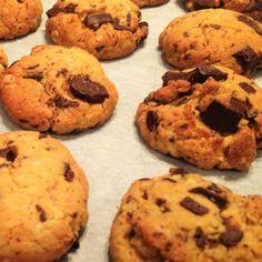 Pour 8 cookies : 115 g de farine de pois chiche 65 g de sirop d'agave 30 g d'huile d'olive ou de coco 1/2 cc de bicarbonate 1 pincée de sel 50 gde chocolat (pépites ou tablette) Préchauffer le fou…