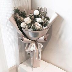 Flowers Boquette Flowers, How To Wrap Flowers, Luxury Flowers, Dried Flowers, Beautiful Flowers, Flowers Bucket, Graduation Flowers Bouquet, Flower Bouquet Diy, Bouquet Wrap