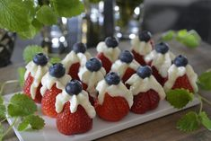 Jordbær med Philadelphiakrem og blåbær Party Food Menu, Cream Cheese Topping, 4th Of July Party, Recipe Collection, Appetizer Recipes, Appetizers, Food Inspiration, Sweet Recipes, Holiday Recipes