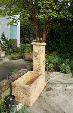 Fontana da giardino in finta roccia, modello: Pusteria prodotta su misura, finitura: old stone. Località: Ombriano di Crema (Cremona).