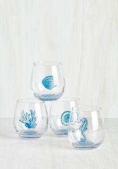 Este sofisticado juego de vasos para vino. | 37 Bellos artículos del hogar que todo amante del océano necesita
