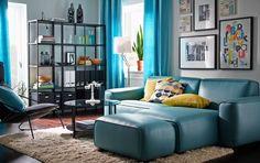 Woonkamer met blauwe en zwarte meubels