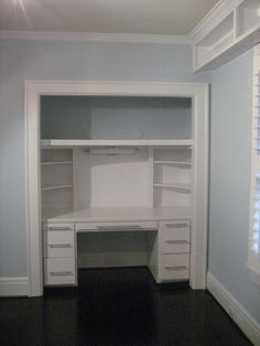 I really enjoy this desk in a closet idea. Maybe Steven will let me do this... :P