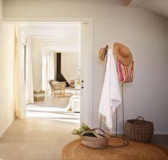Recibidor con perchero y alfombra natural